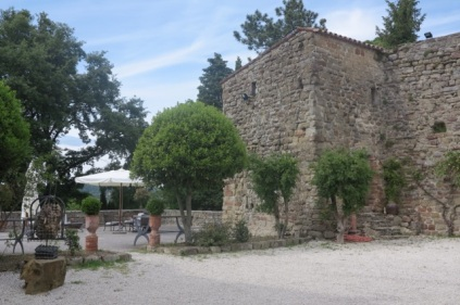 1.1464091172.castello-di-petroia---inner-courtyard